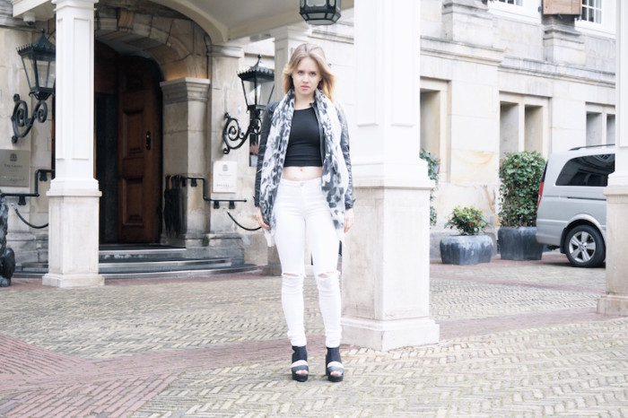 Fashion_Outfit_White_Black_RippedJeans_Aboutyoude_Trend_Sophiehearts1