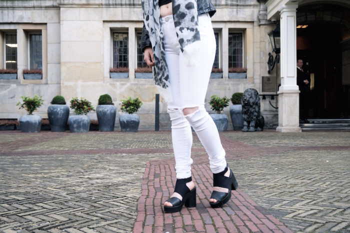 Fashion_Outfit_White_Black_RippedJeans_Aboutyoude_Trend_Sophiehearts5