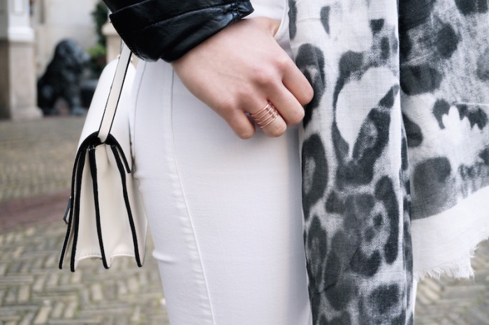 Fashion_Outfit_White_Black_RippedJeans_Aboutyoude_Trend_Sophiehearts8