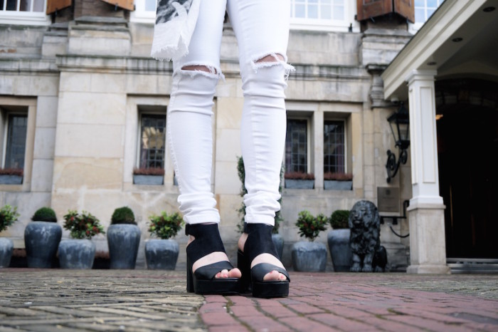 Fashion_Outfit_White_Black_RippedJeans_Aboutyoude_Trend_Sophiehearts9