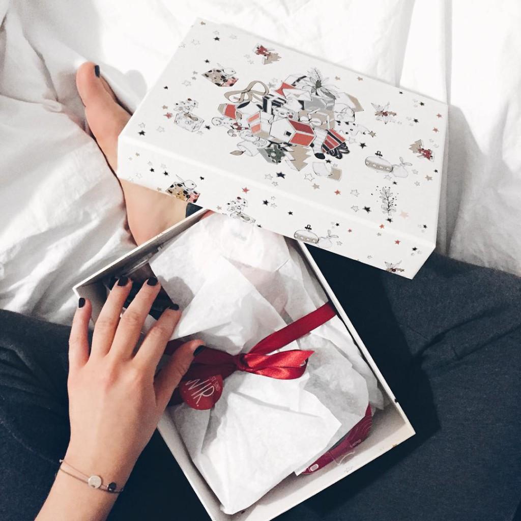 vielen lieben dank an die süßen leute von @dm_oesterreich ich hab' heute auch eine ihrer boxen zugeschickt bekommen ihr könnt diese oder ähnliche übrigens ab 30.nov für eure liebsten als weihnachtsgrüße bestellen es gibt sogar eine für männer und JA ich trage jogginghose und liebe sie schönen abend meine lieben ❣ #unboxing #presents #thankful #today #fromwhereisit #fwis #sophiehearts