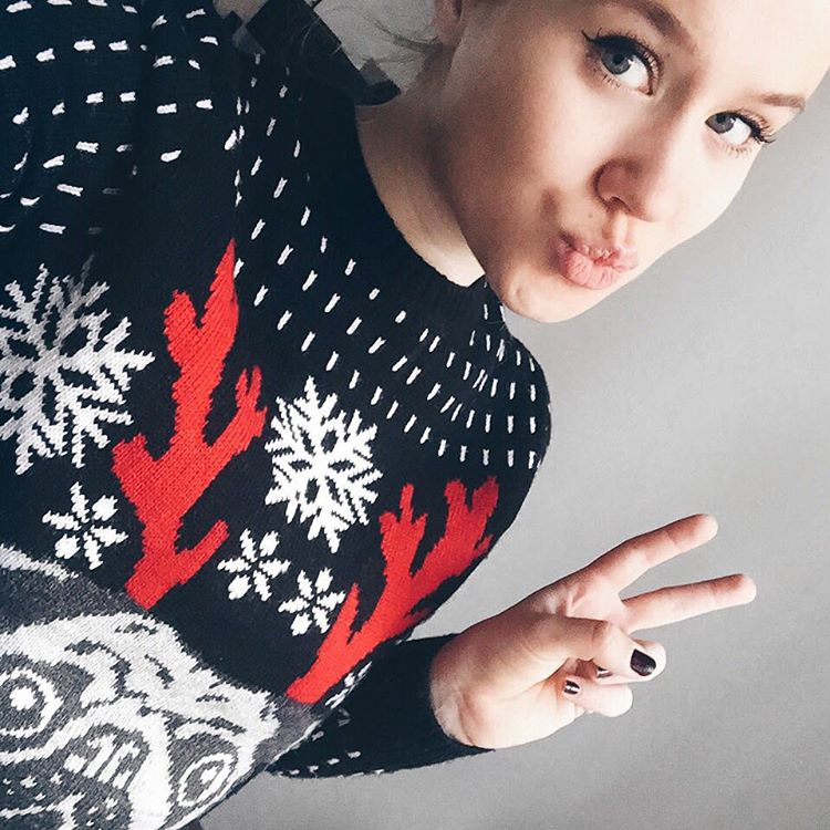 tryin' hard to get myself into christmas mode keine ahnung warum aber irgendwie fällt's mir dieses jahr total schwer richtig in weihnachtsstimmung zu kommen vielleicht gelingt's mir ja dieses wochenende ich hab vor ein paar weihnachtskekse zu backen und mit der richtigen christmas playlist sollte das dann auch hoffentlich funktionieren wie sieht's bei euch aus ? Seid ihr schon total in christmas mood? #selfie #selfiequeen #aselfieadaykeepsthedoctoraway #kisskiss #christmassweater #sophiehearts