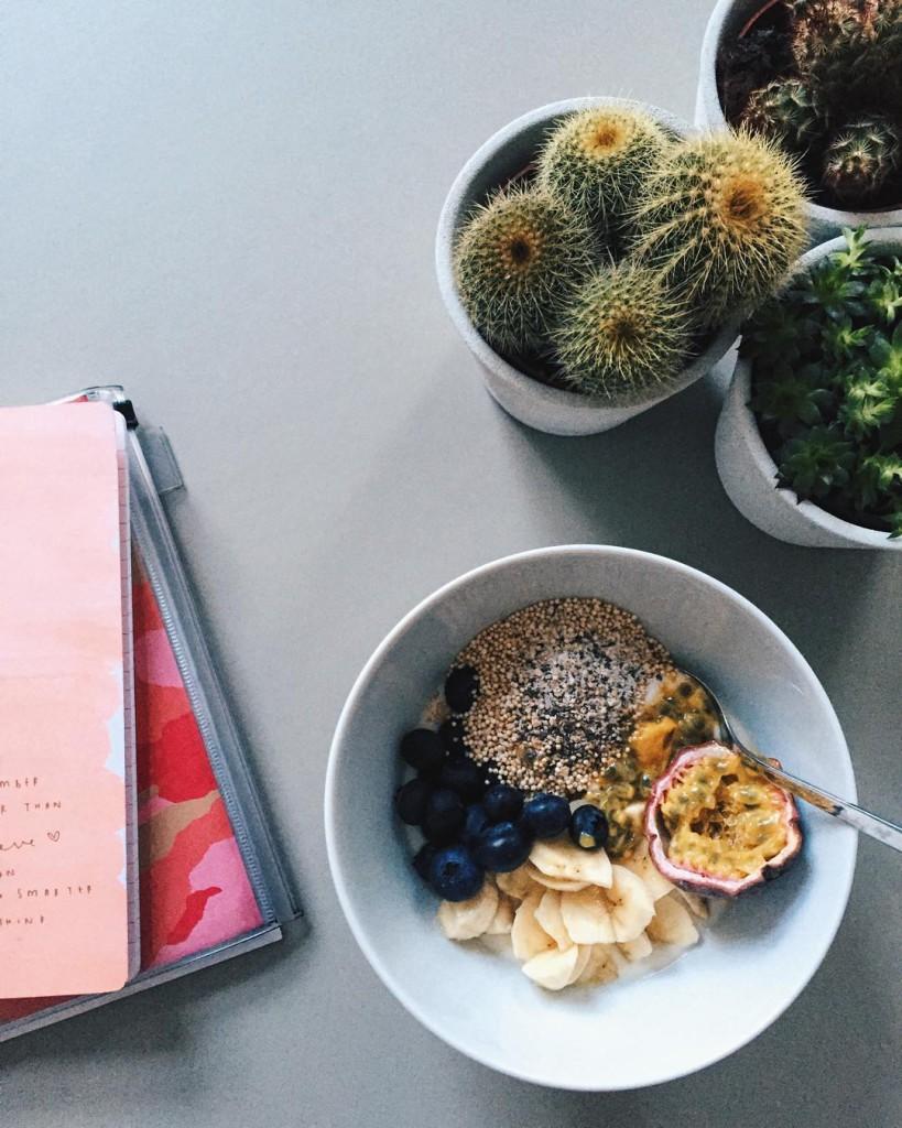 guten morgen :) Ich sitz' schon ganz brav seit 8:00 im büro will nämlich heute mal früher daheim sein, damit ich noch eine runde laufen gehen kann, solange es halbwegs hell ist bin super motiviert wieder auf mein pre-australien fitnesslevel zu kommen damit ich beim #vcm für die @maximamagazin staffel auch g'scheit gas geben kann #maximalaeuft #goodmorning #happy #humpday #breakie #breakfast #breakfastofchampions #breakfastinspo #fashionblogger #fashionista #fashiondaily #fashionblog #vsco #vscocam #vscogood #vscoaward #lovedailydose #lblogger #yourdailytreat #liveauthentic #livethelittlethings #diewocheaufinstagram #viennablogger #igervienna #fit #fitfam #fitfood #sophiehearts