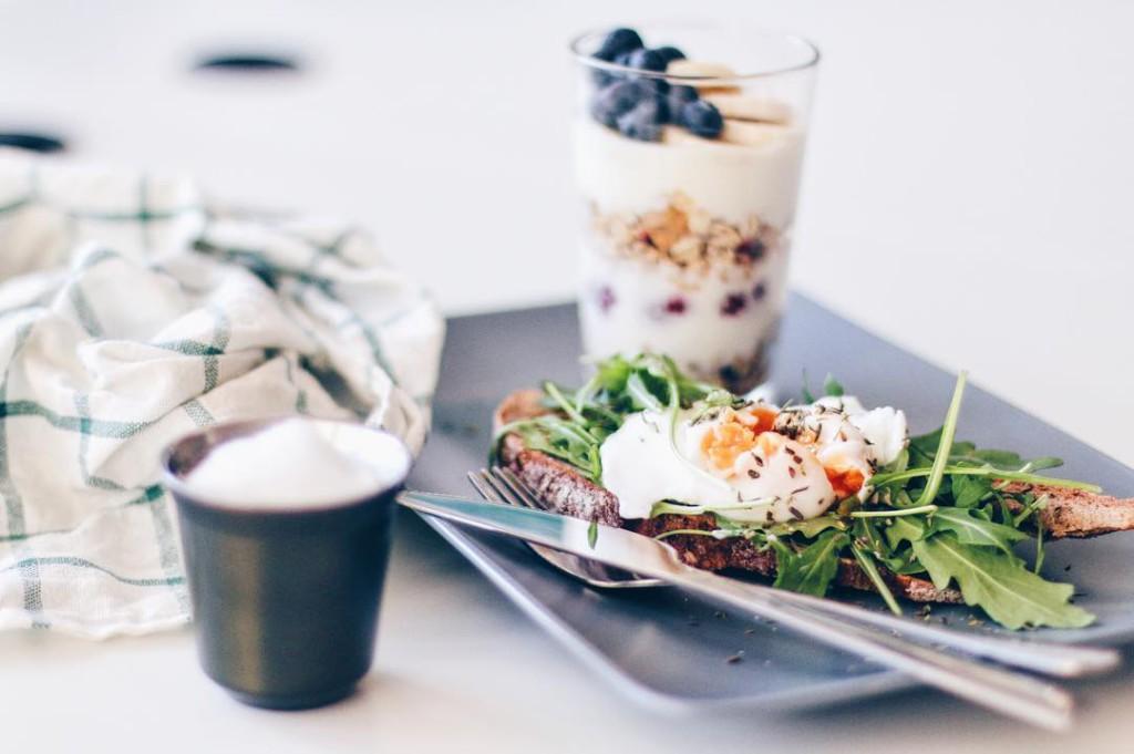 kleines frühstücksshooting gestern für @goodmorningvienna nomnomnom ☕️ ich stärk' mich jetzt auch mal mit einem frühstück und dann start ich den tag so much to do so little time habt einen schönen Freitag übrigens ist ein neuer blogpost online gegangen!!! schaut vorbei #breakfast #breakfastofchampions #breakfasttime #breaky #poachedeggs #goodmorning #yum #yummy #delicious #tasty #hungry #liveauthentic #livethelittlethings #diewocheaufinstagram #lovedailydose #lblogger #yourdailytreat #vsco #vscocam #vscogood #vscoaward #austrianblogger #viennablogger #igersvienna #fashionblogger_de #fashionblogger_at #sophiehearts