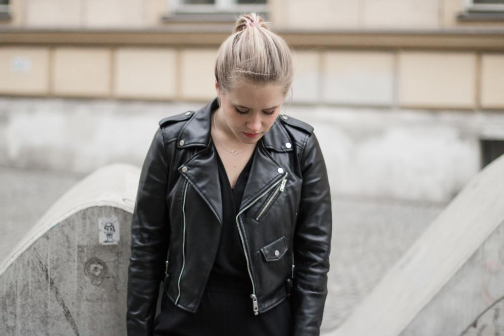 der-perfekte-jumpsuit-schwarz-hm-fashionblog-foodblog-wien-sophiehearts (5 von 17)