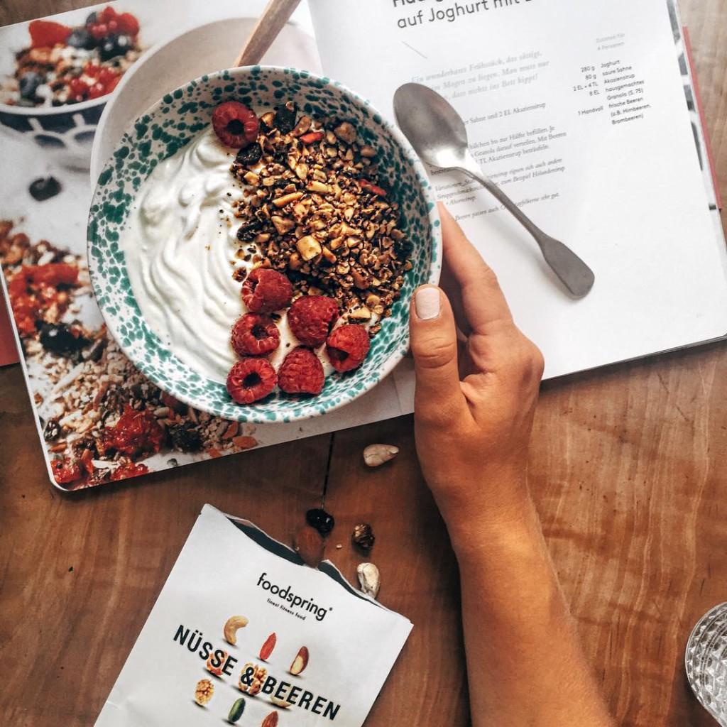 guten morgen ❤️ für mich gab's heute ein granola zum frühstück selbstgemacht mit der leckeren beeren-nuss-mischung von @foodspring mit dem code shearts bekommt ihr übrigens -10% auf alle produkte